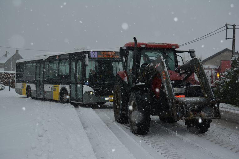 Op de N33 tussen Ichtegem en Torhout kwam een lijnbus vast te zitten. Een landbouwer uit de buurt kwam met zijn tractor ter plaatse en sleepte de Lijnbus terug het wegdek op.