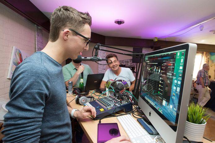 Het Wierdense Regio FM was jarenlang een kweekvijver voor radiotalent dat bij de landelijke omroepen aan de slag ging, onder wie Gijs Hakkert (links).