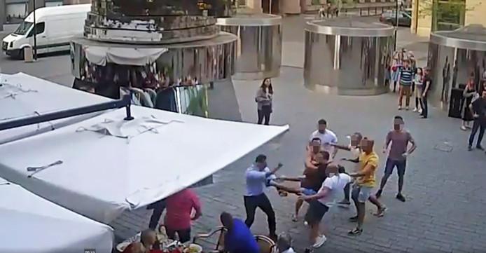 Camera's legden de vechtpartij bij het terras vast.