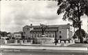 Het stadhuis van Eindhoven uit 1952, nu in gebruik als kantongerecht. Het Bevrijdingsmonument is later verplaatst om plaats te maken voor het huidige Stadhuis.