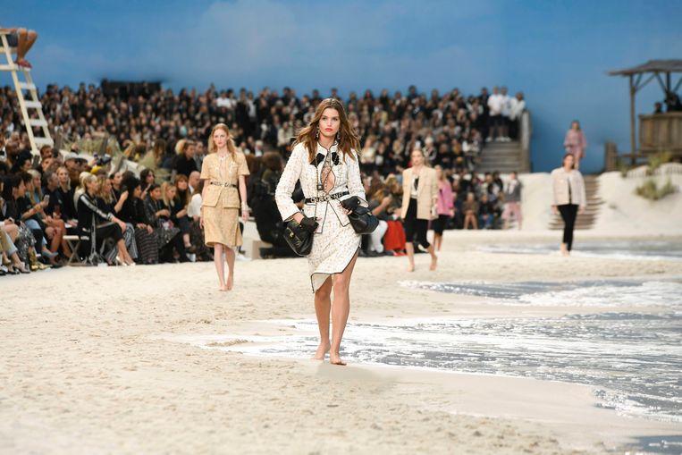 Chanel lente-zomercollectie 2019 op een aangelegd strand.