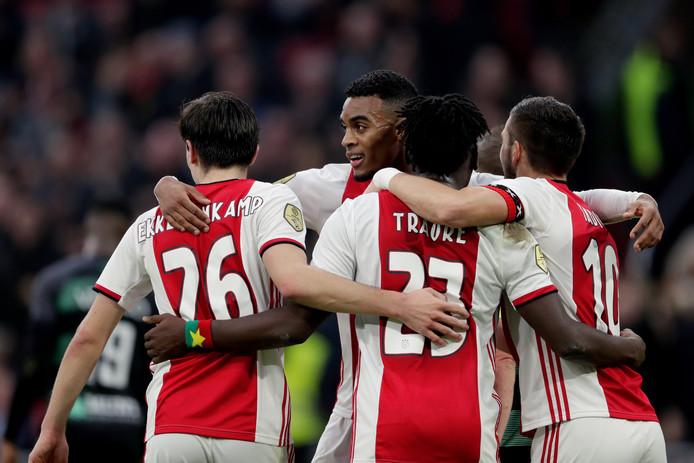Ajax juicht na een van de zes goals.