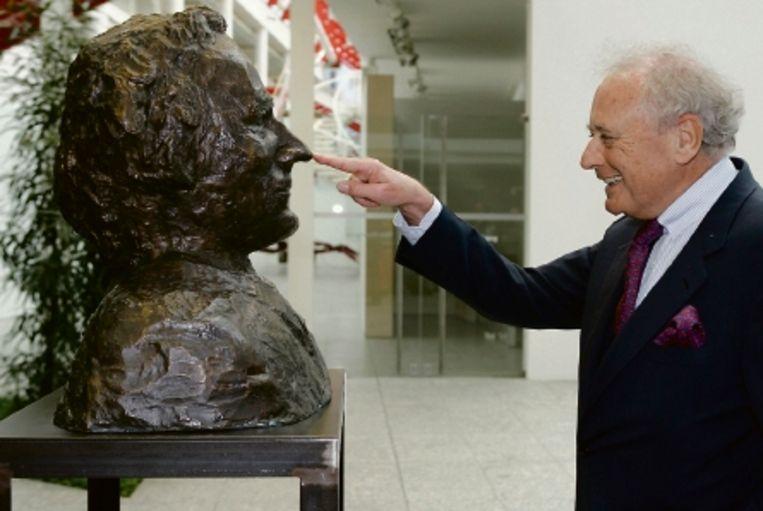 Reinhold WÃ¿rth, industrieel en kunstverzamelaar, bij het borstbeeld dat naar zijn gelijkenis is gemaakt. (Trouw) Beeld