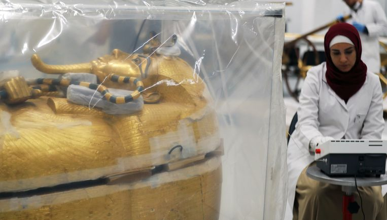 Een onderzoeker in het lab bij de sarcofaag van Toetanchamon. Beeld Reuters