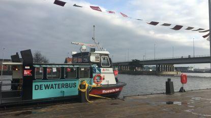 Waterbus maakt eerste rondrit op Albertkanaal