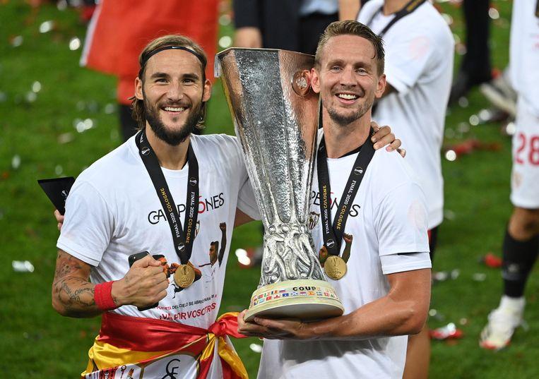 Luuk de Jong (rechts) en Nemanja Gudelj vieren de winst in de Europa League-finale. Beeld EPA