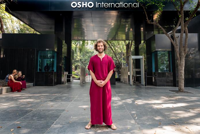 De aanhangers van Bhagwan, later Osho geheten, hebben in de stad Poona een (beveiligde) oase van hun ashram gemaakt.