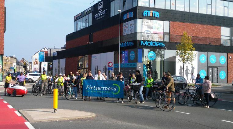 De Fietsersbond bezette zaterdagochtend opnieuw het kruispunt Gaversesteeweg-Volhardingslaan.