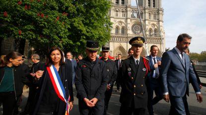 Burgemeester Parijs eert brandweerlui die kathedraalbrand bedwongen