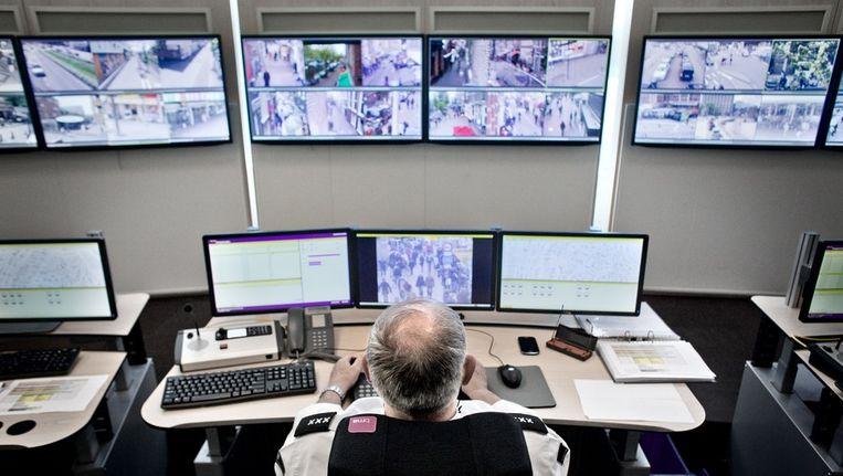 De controlekamer van het cameratoezicht in Amsterdam Beeld Rink Hof