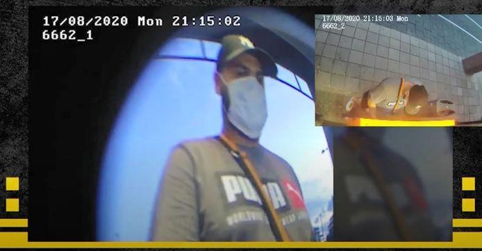Beelden van de pinner in Rotterdam, die daar enkele tienduizenden euro's van een slachtoffer uit Zelhem uit de automaat haalt.