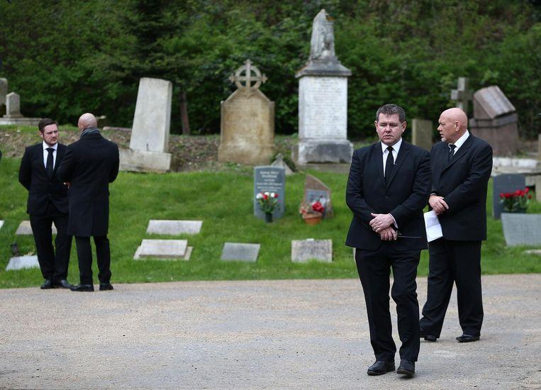 Beveiligers bij de begraafplaats in Londen. Beeld reuters