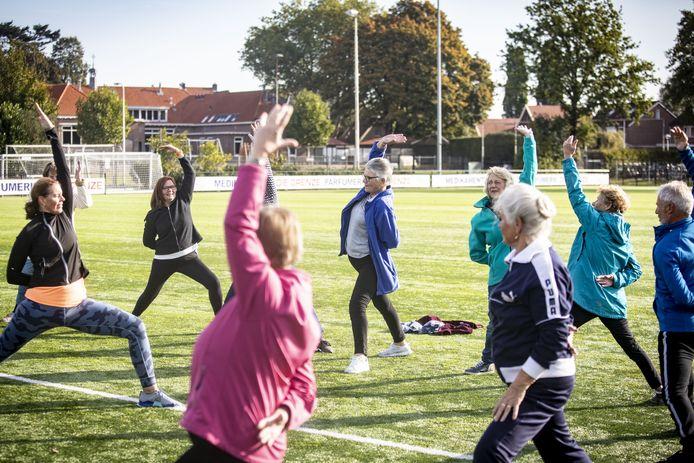 Rekken en strekken op het voetbalveld van SDC'12 in Denekamp.