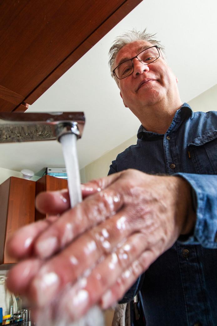 Hans Hutten geeft het goede voorbeeld. ,,Door je handen regelmatig te wassen, voorkom je al een besmetting bij een kwetsbare oudere.''