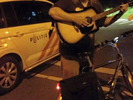 Agenten krijgen serenade van fietsende gitarist