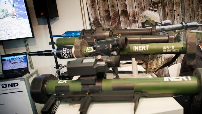 Wapentuig tentoongesteld op de wapenbeurs. Tijdens een jaarlijks symposium komen vertegenwoordigers van defensie en de veiligheidsindustrie bijeen in Ahoy Rotterdam.