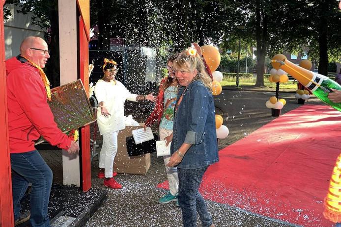 Bezoekers van het Zomercarnaval in Welberg worden onthaald met gouden koffertjes, champagne en confetti. foto Chris van Klinken/Pix4Profs