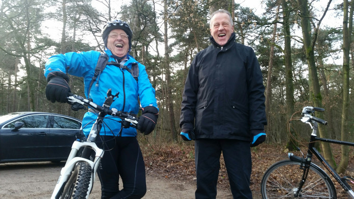 Lid Jacques Kirkels (links) en bestuurslid Hans Verhoeven van Toerclub Aalst-Waalre.