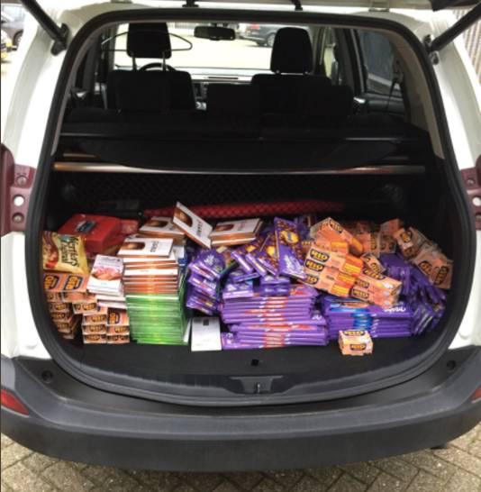 Voedselbankvoorzitter Frans Rouwenhorst nam de lekkernijen mee in zijn auto.