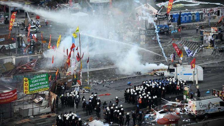 De oproerpolitie verjaagt demonstranten op 11 juni. Beeld afp