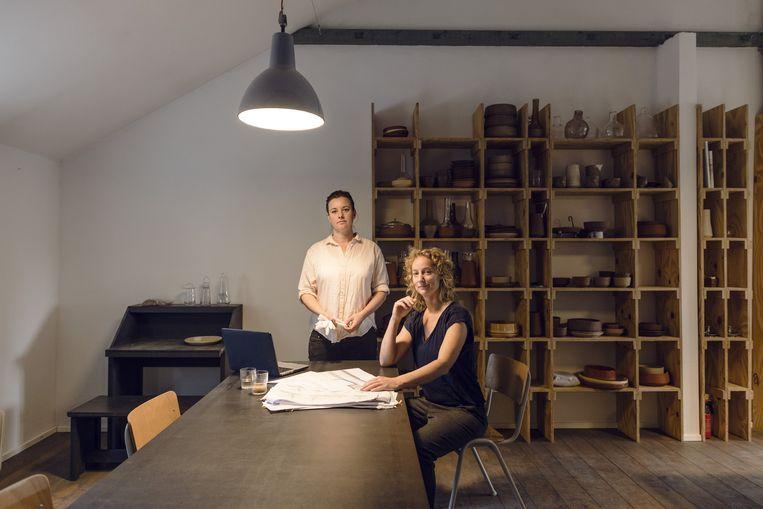 Lonny van Ryswyck (rechts) en Nadine Sterk, de oprichters van AtelierNL. Beeld Lars van den Brink