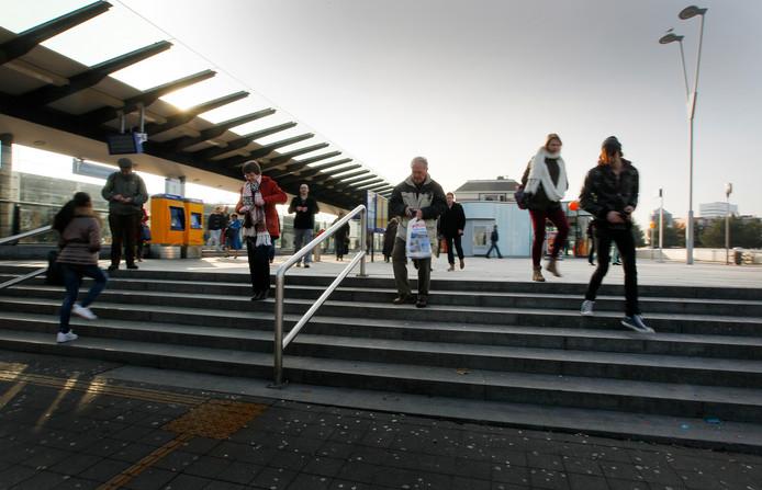 Station Apeldoorn is op den duur alleen toegankelijk voor mensen met een vervoersbewijs.