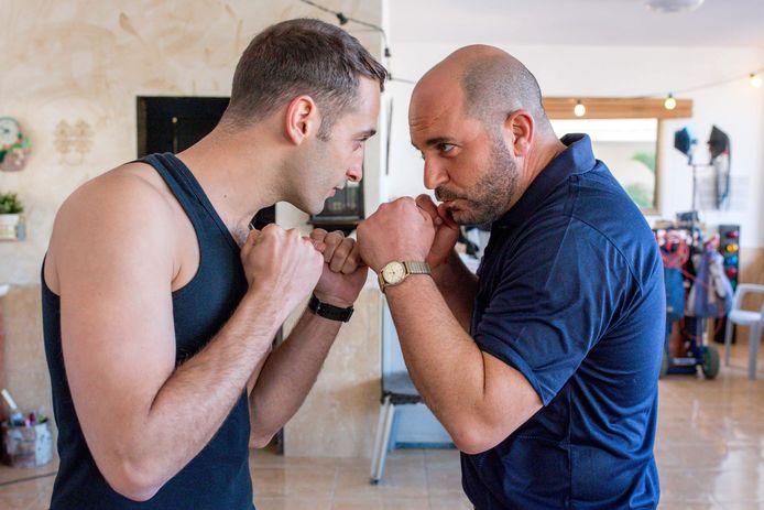Doron (Lior Raz, r) gaat in het derde seizoen van Fauda undercover in Palestijns gebied.