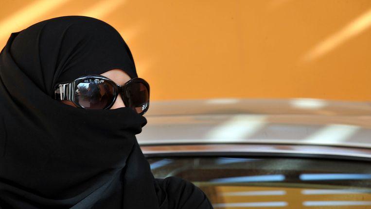 Saoedische vrouw naast een auto Beeld ANP