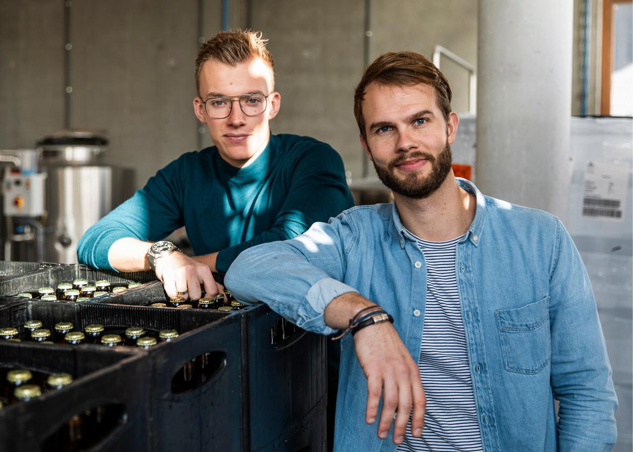 Utrechtse Pieter (rechts) en collega Jos (links) brouwen hun eigen broodbier