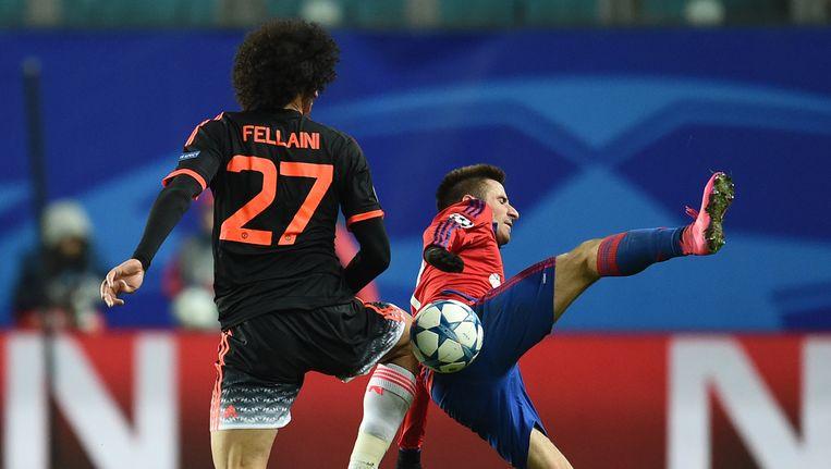Fellaini van Manchester United in duel met Tosic van CSKA Moskou. Beeld getty