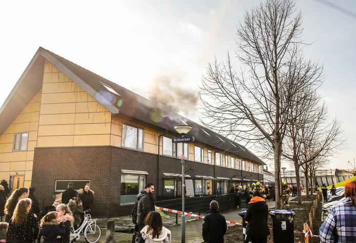 Op de zolder van een woning aan de Zeehavenlaan in Dordrecht is vrijdagmiddag brand uitgebroken.