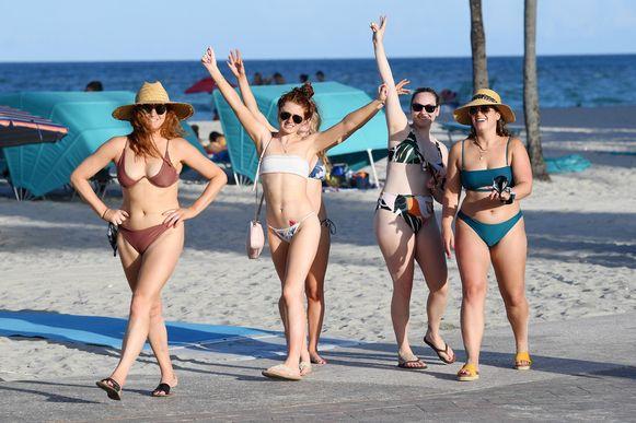 """Vriendinnen op stap in Hollywood Beach. De stranden gaan komend weekend, tijdens de Amerikaanse nationale feestdag, dicht. Maar of dat iets uitmaakt? """"Ze gaan wel ergens anders vieren"""", klinkt het."""