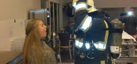 Brandweerman verrast vriendin tijdens oefening