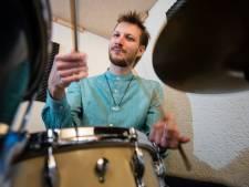 Internationale drummer geeft drumles in Neede: 'Platteland is heerlijk'