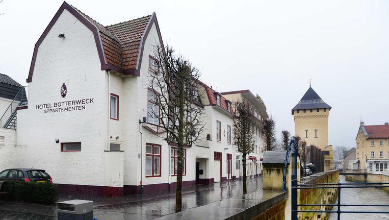 Hotel Botterweck waar een 16-jarig meisje in een van de appartementen met 80 mannen seks gehad zou hebben gehad door toedoen van een loverboy. Beeld ANP