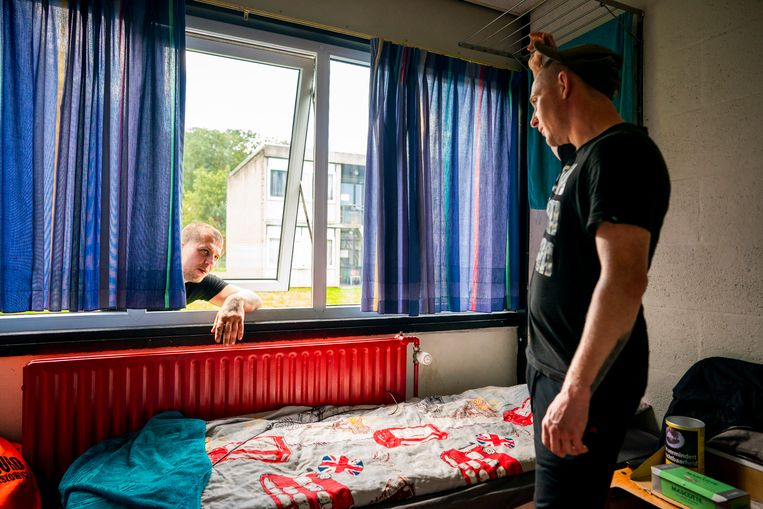 Daniel komt buurten bij de kamer van Kamil (r) op het Agripark in Dronten, waar Poolse werknemers verblijven die in Nederland werken. Daniel heeft te horen gekregen dat hij is ontslagen en weg moet uit zijn kamer.  Beeld Freek van den Bergh / de Volkskrant
