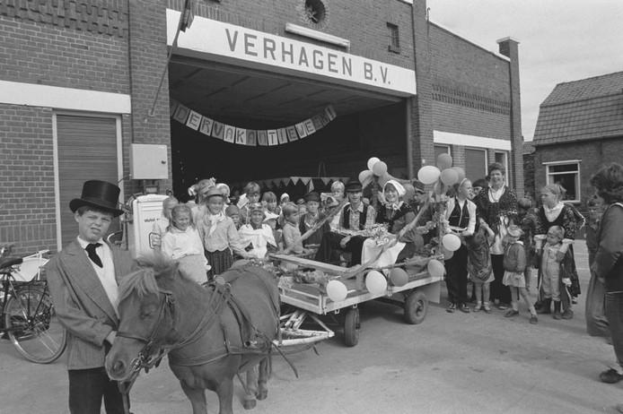 Het zou ons niks verbazen als deze foto uit 1985 in Dinteloord is genomen, bij aardappelhandel Verhagen. Daar was tot vorig het kindervakantiewerk. Was u erbij? Herkent u gezichten? Er werd een bruiloft nagespeeld.