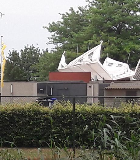 Oeps: partytent belandt in Hilvarenbeek op dak van hockeykantine