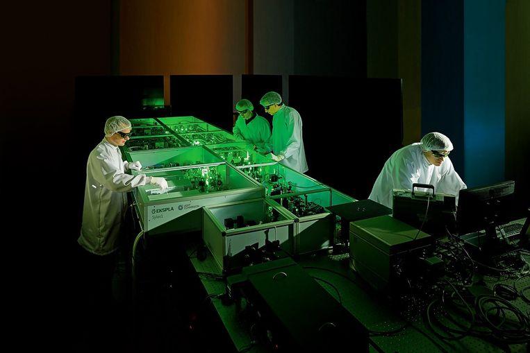 Onderzoekers werken aan een onderdeel van het Extreme Light Infrastructure-project. Beeld Ekspla