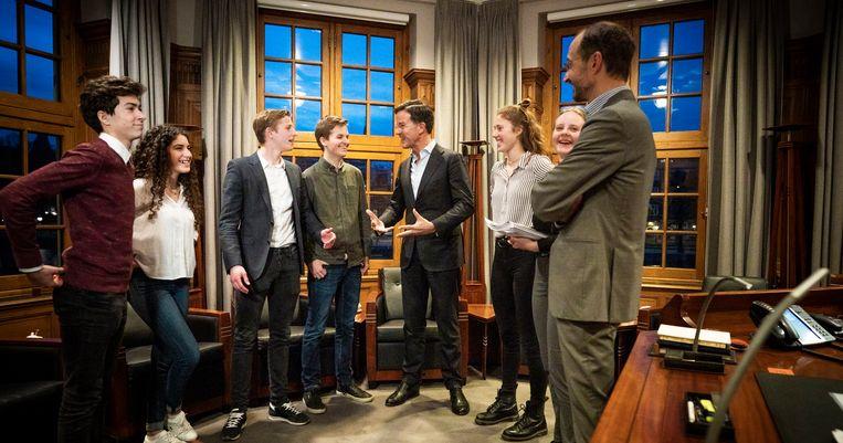 Stijn Warmenhoven (derde van links) met zijn mede-actievoerders, premier Rutte en minister Wiebes in het Torentje.  Beeld null