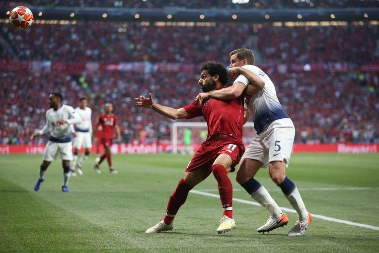 Jan Vertonghen (rechts, Spurs) probeert Mohamed Salah van de bal te houden. Beeld BSR Agency