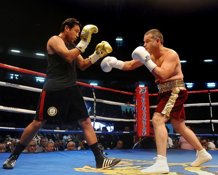 Oscar de la Hoya (links) in 2009 tegen Gilberto Jesus Mendoza uit Venezuela.