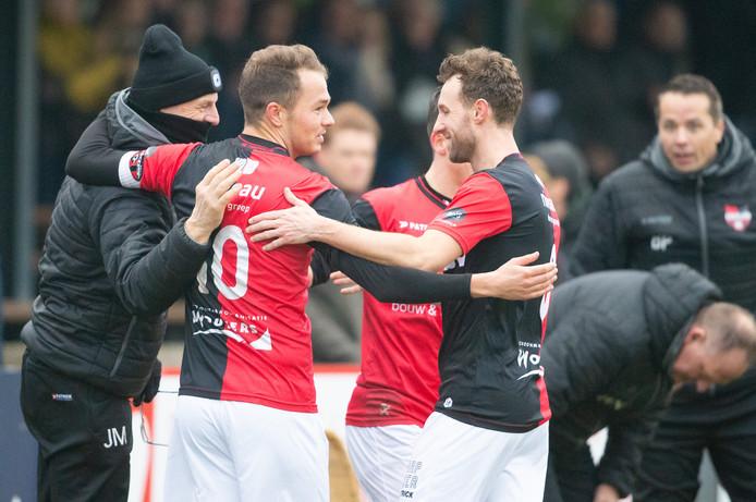 Boy van de Beek (10) viert zijn doelpunt tegen Koninklijke HFC met verzorger Jan Maas (links) en Robin Janssen.