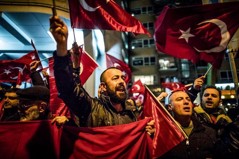 Turkse Nederlanders protesteren voor het consulaat in Rotterdam, afgelopen zaterdag. Beeld Freek van den Bergh
