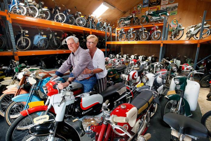 Wim en Martijntje van de Berg op een oldtimer Sparta Sport uit 1964 in de schuur bij zijn verzameling van 120 stuks.
