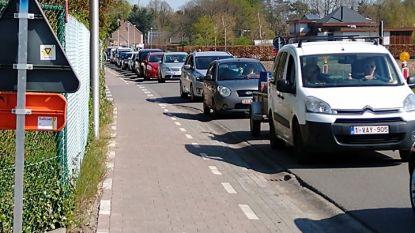 """Lange rij aan containerpark Nijlen: """"Stel je bezoek uit zolang het niet nodig is"""""""