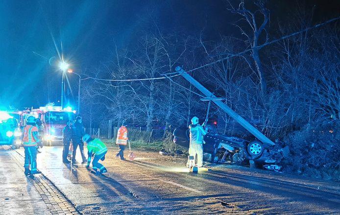 Bij het ongeval langs de Marialoopsesteenweg in Tielt, vlak bij de grens met Marialoop, sneuvelde een elektriciteitspaal.