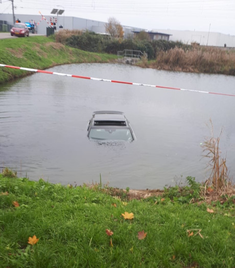 Auto te water in Zaltbommel: geen gewonden gevallen