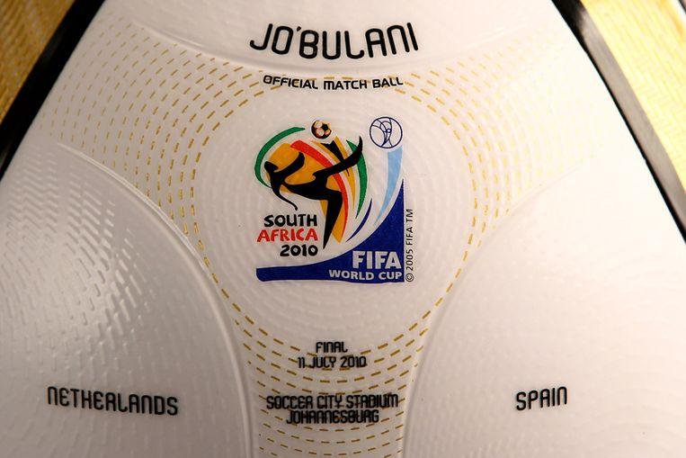 De jabulani, de officiële WK-bal, van de finale tussen Nederland en Spanje. (ANP) Beeld Getty Images for adidas