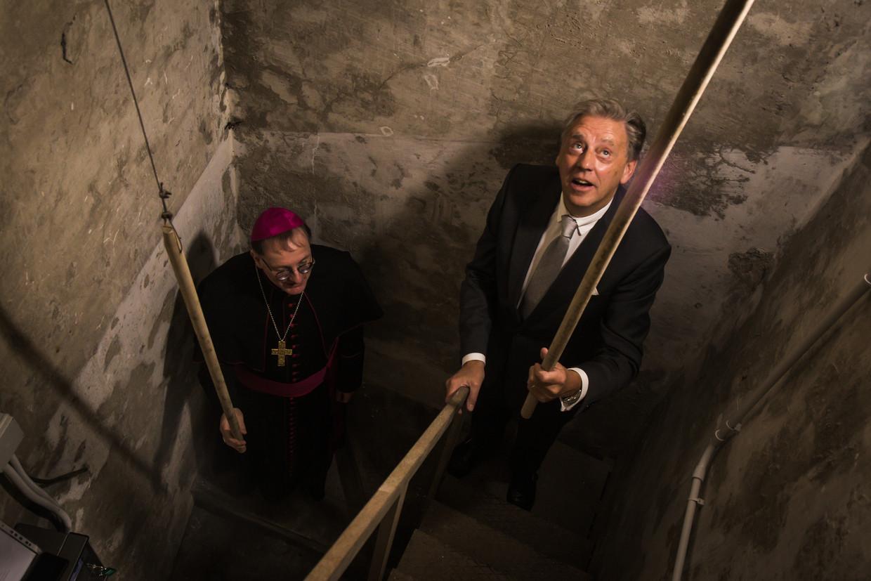 Ed Nijpels en de bisschop van bisdom Groningen-Leeuwarden Ron van den Hout luiden de nieuwe klokken. Beeld Zolin Nicola